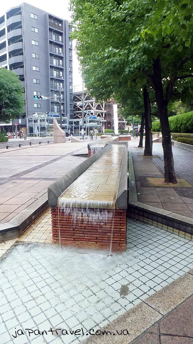 """Фонтани в місті Йокосука, Японія, дорогою до корабля-меморіалу """"Мікаса"""""""