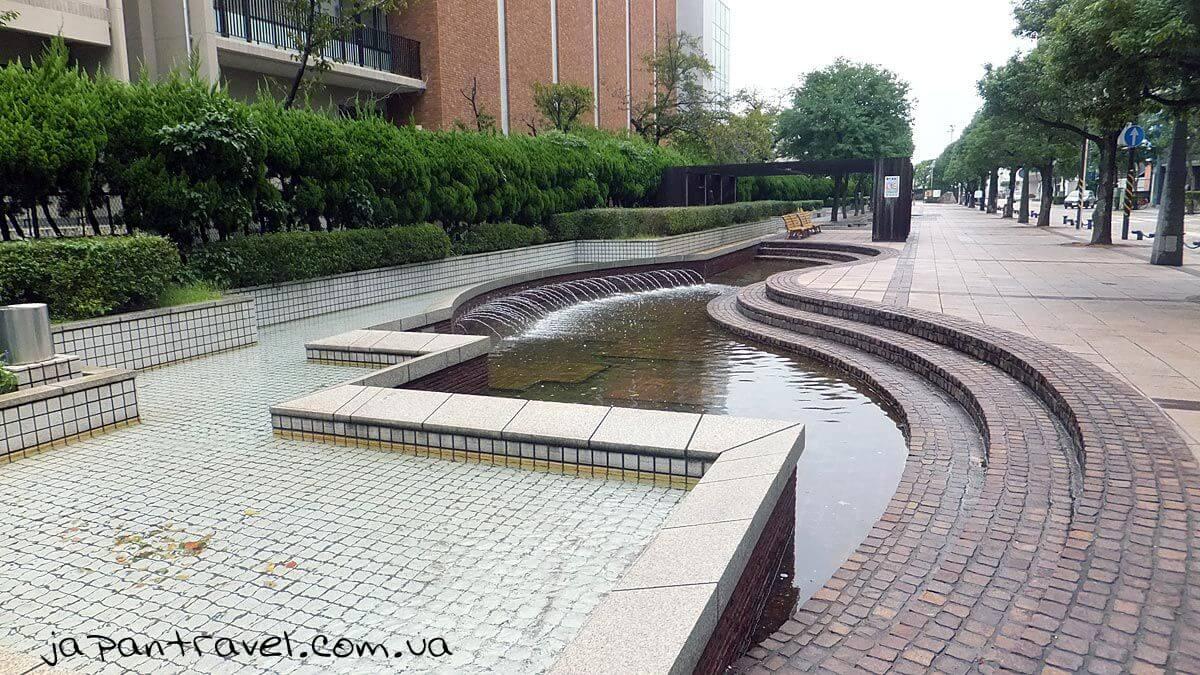 """Фонтани в місті Йокосука, Японія, поблизу меморіального музею """"Мікаса"""""""