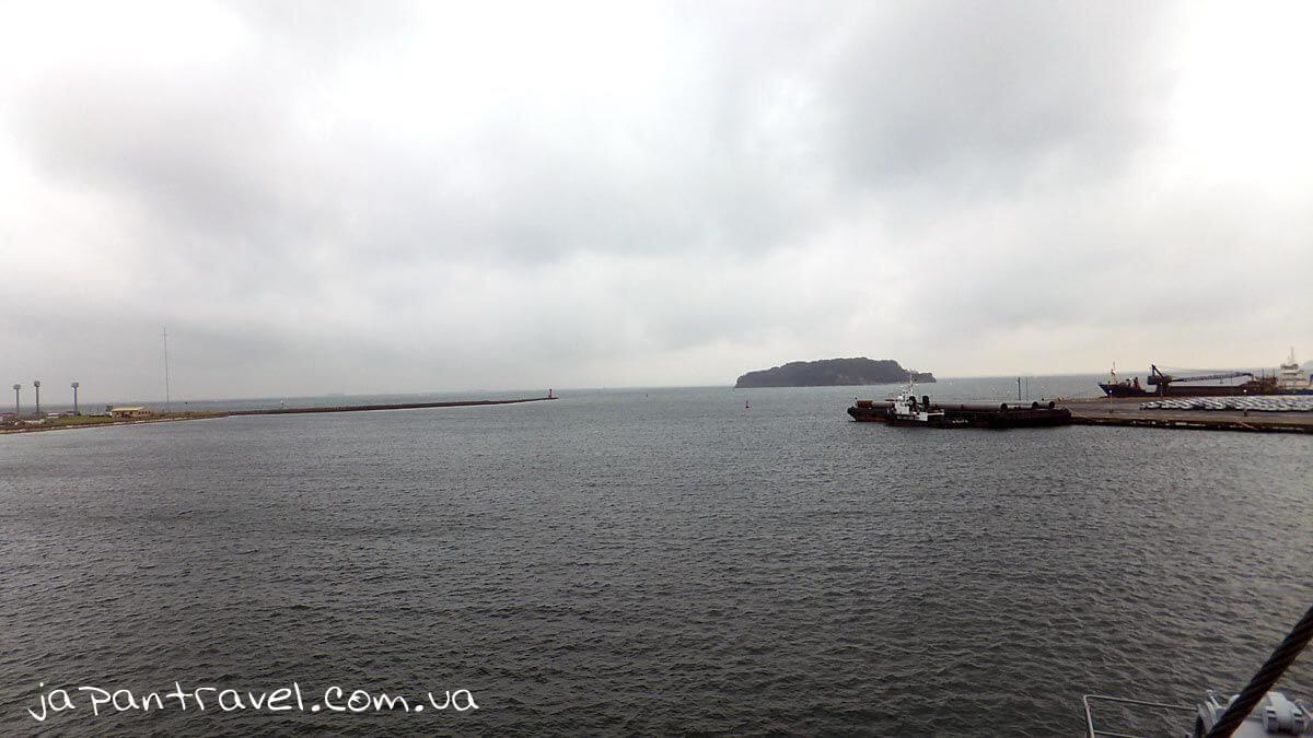 Вид на острів Сару («Мавпячий острів») з палуби корабля Мікаса