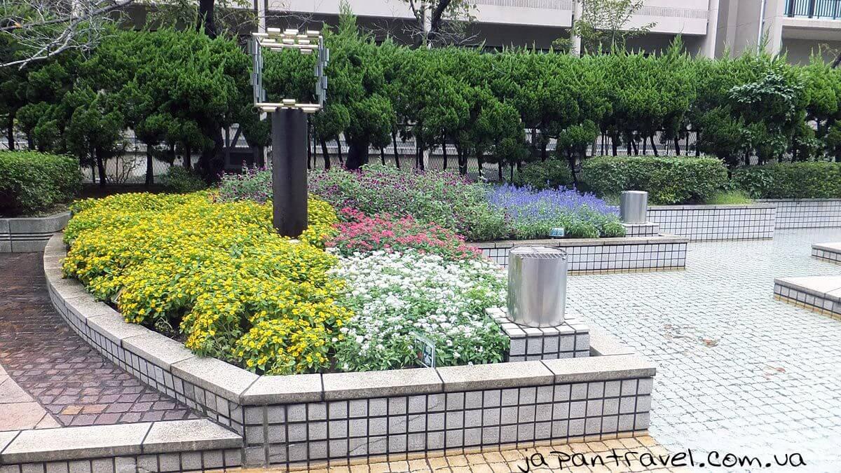 """Фонтани та квіткові клумби в м. Йокосука, поблизу музею """"Мікаса"""""""