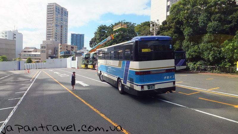 автобусна-стоянка-біля-токійської-вежі-мандрівки-японією