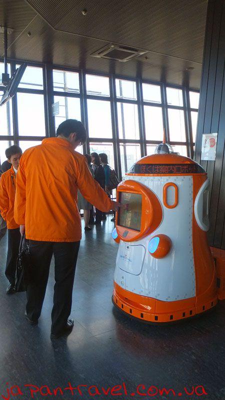 робот-в-токійській-оглядовій-вежі-мандрівки-японією