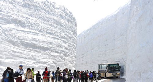 Tateyama Kurobe Alpine Route стіна снігу мандрівки японією
