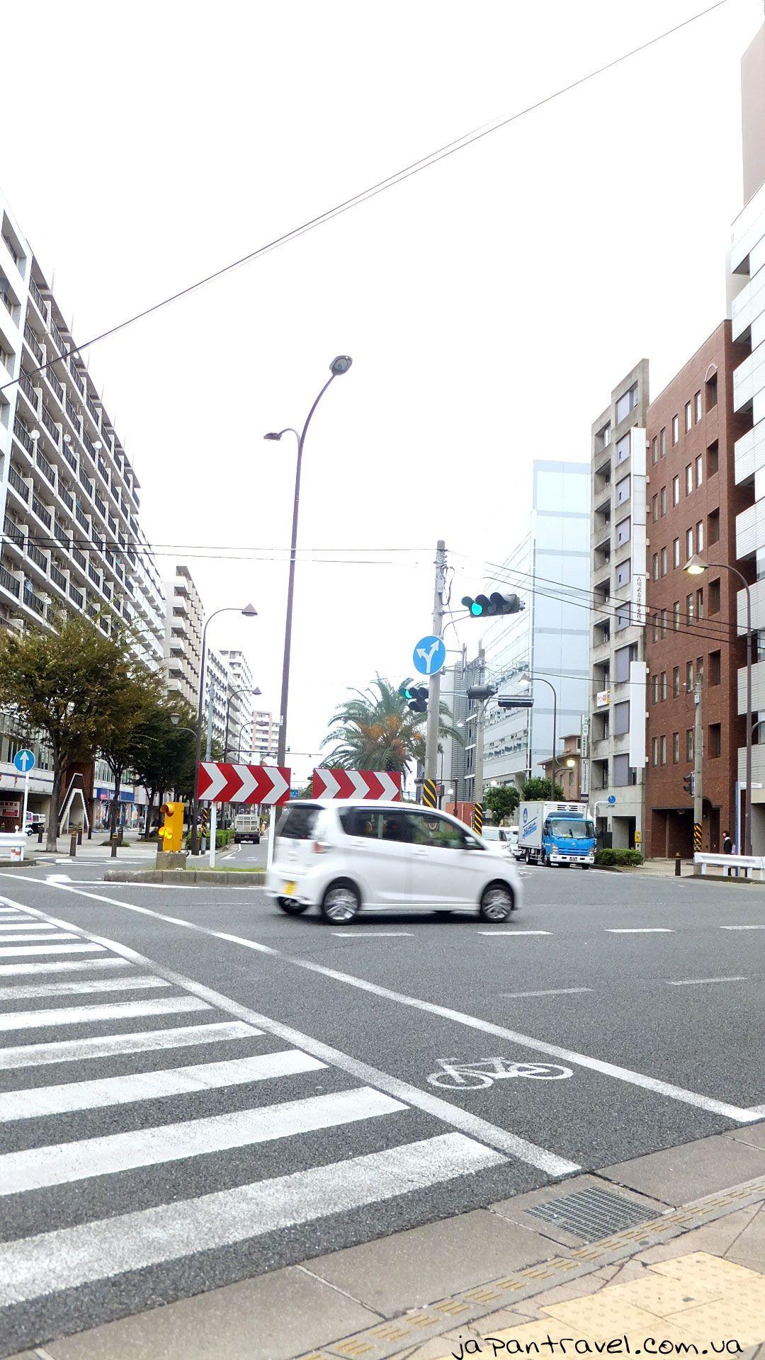 Зручна велодоріжка, паралельна з пішохідним переходом