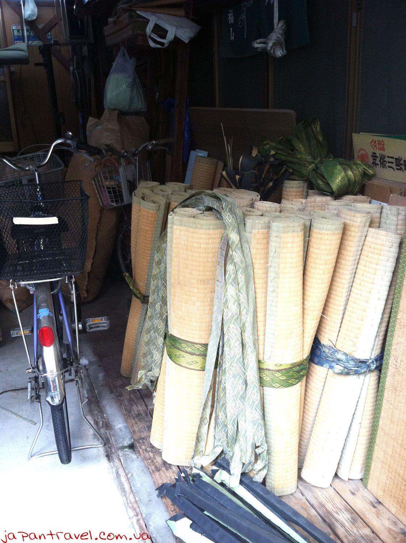 Велосипед в майстерні по виготовленню татамі, м. Йокосука, Японія